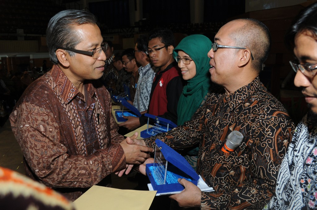 Prof. Herry Suhardiyanto, IPB Rector is delivering a placate to Prof. Hadi Susilo Arifin