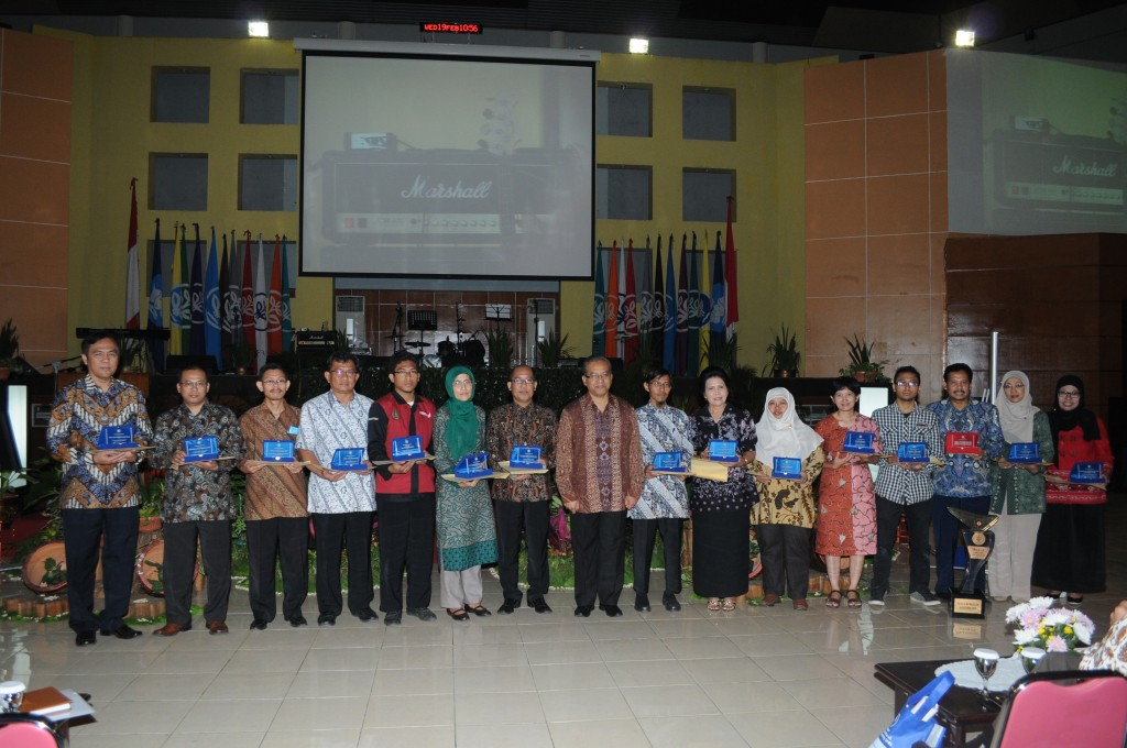 "Group picture: Rector of IPB and the winners of 2013 IPB Website Competition in ""Rabuan Bersama IPB"" at GWW, 19 February 2014"