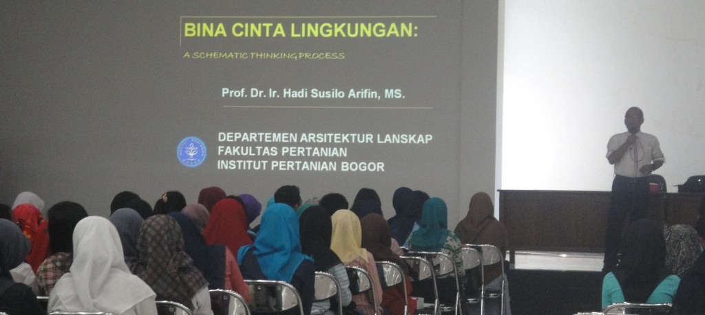 Prof. Hadi Susilo Arifin as a speaker for village clean management in Bina Cinta Lingkungan